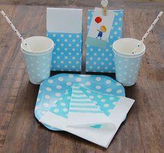 Copos de Papel Poá Azul, guardanapos de papel, sacolas de lembrancinhas e pratos de papel da Polka Dot Festas.