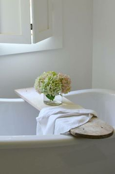 40 Beautiful Bathroom Vanity Tray Decor Ideas Your tray is nearly finished. If it comes to locating the correct size tray there are lots of choices. Bathroom Vanity Tray, Bathtub Tray, Bath Trays, Bathtub Shelf, White Bathroom, Bathroom Caddy, Bathtub Decor, Diy Bathtub, Bathtub Caddy