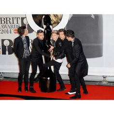 BRIT AWARDS 2014 Niall Horan limps across red carpet after arriving on... ❤ liked on Polyvore featuring one direction and 1d