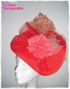 Tocado de straw, crin plisado, flores y plumas en tonos rojos, coral y nude.