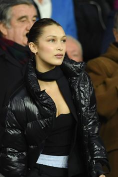 Equal parts dramatic and polished, Bella Hadid's style is forever on point. Her looks range from daring couture gowns to bold athleisure. While she's established a signature vibe, the It model always keeps us guessing. David Beckham, Vogue Paris, Bella Hadid Estilo, Isabella Hadid, Cute Winter Coats, Puffer Jackets, Puffer Coats, Fall Looks, Meghan Markle