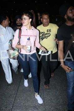 I'm looking for a similar mellennial pink hoodie, which Jacqueline fernandez is wearing. Casual Outfits Summer Classy, Casual College Outfits, Cute Preppy Outfits, Sporty Outfits, Cool Outfits, Fashion Outfits, Fashion Trends, Cute Celebrities, Indian Celebrities