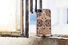 Cover compound in PVC e sughero dorato per iPhone 4/4s impreziosita con l'incisione rafigurante il teschio messicano.