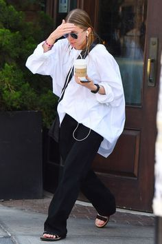 Ashley Olsen's White Shirt Refresh A welcome reminder that it's worth updating the staples, rather than buying into every new season trend Love Fashion, Girl Fashion, Womens Fashion, Fashion Tips, Fashion Trends, Paris Fashion, Ashley Olsen Style, White Shirt Outfits, White Shirts