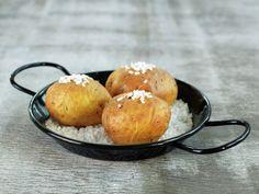 SALTBAKTE POTETER Pretzel Bites, Muffin, Bread, Baking, Breakfast, Ethnic Recipes, Food, Baked Potatoes, Cheer