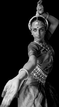 Odissi is a devotional dance form originating in the temples of ancient India. Curvaceous movements, sculptured poses, fluid grace, and impeccable rhythm characterize this vibrant art. Bollywood, Burlesque, Indiana, Indian Classical Dance, Folk Dance, Dance Art, Tribal Dance, Dance Photography, Just Dance