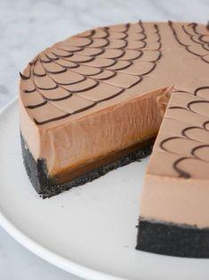 Silkeslen mjölkchokladcheesecake över saltkolasås och oreokex-botten. Farligt gott!