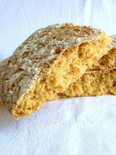 pan de maiz / 125 ml. de leche tibia * 200 ml. de agua * 1 sobre de levadura de panadero (ó 15 gr. de la fresca) * 200 gr. de harina de maíz * 300 gr. de harina de fuerza * 1 ½ cucharadita de sal * 1 cucharada de aceite de oliva