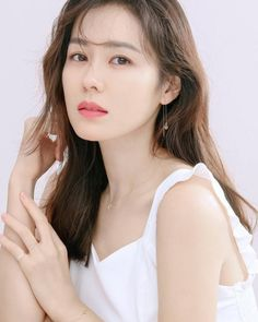"""Son Ye Jin might be reuniting with the director of """"Pretty Noona Who Buys Me Food"""" for a new drama! On January one news outlet reported, """"Son Ye Jin and producing director (PD) Ahn Pan Seok will be working together again for the first time in a . Korean Actresses, Korean Actors, Actors & Actresses, Jung So Min, Korean Star, Korean Girl, Korean Beauty, Asian Beauty, Mbc Drama"""