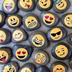 Piedra pintada con emojisss
