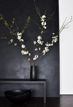 I'm pinning this here and not ceramics because I can't deny how me this whole color scheme is. I do love the ikebana though. Ikebana, Black And White Interior, Black White, Plain Black, Dark Grey, Matte Black, Black Work, White Style, Interior Minimalista