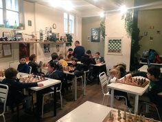 Tournoi scolaire d'#echecs en cours au club avec Pascal. Pour beaucoup de ces jeunes initiés dans les écoles de #Paris c'est le premier tournoi !