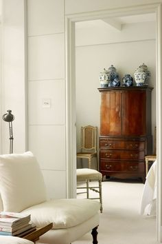 A small white London flat that uses mirror to make a small space feel bigger. Real home design ideas and inspiration for living rooms, bedrooms, kitchens, bathrooms and more. Home Modern, Modern Contemporary, Design Blog, Design Ideas, Design Art, Ivy House, Interior Exterior, Beautiful Interiors, Interiores Design