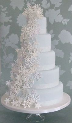 37 Romantic Winter Wedding Cake Ideas with Snowflakes - Weddings - Winter Wonderland - Wedding Cakes Beautiful Wedding Cakes, Gorgeous Cakes, Pretty Cakes, Amazing Cakes, Christmas Wedding Cakes, Christmas Cake Decorations, Wedding Decorations, Holiday Cakes, Winter Wedding Cakes