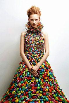 Vestido hecho con globos de colores