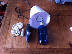 Für die stylische Lampe braucht man eine alte, formschöne Glasflasche, eine Lampenfassung mit Kabel, einen Dremel mit Glasbohrer und einen Lampenschirm. Klingt machbar, oder?