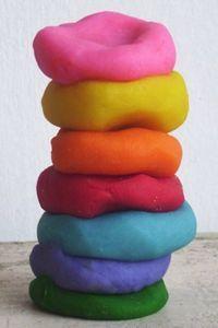 Oi, meninas! Que criança resiste a uma massinha colorida, não é mesmo? Pois bem, no post de hoje ensinarei...