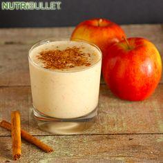 Najlepiej smakujące i najzdrowsze są te napoje, które możemy sami przygotować z własnych warzyw i owoców. To jest całkiem nowy koktajl, który stał się teraz jednym z naszych ulubionych :) Uwielbiamy ciepłe kojące uczucie, jakie daje mieszanka jabłka i cynamonu :) Czujemy po nim spokój i świeżość. Składniki:  - 1 jabłko - 1 łyżeczka cynamonu - 4 łyżeczki soku z cytryny - 1 garść jarmużu - 1 łodyga selera naciowego - 1 garść natki pietruszki - 1 łyżka nasion lnu - 3 kostki lodu #Smoothie