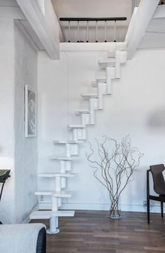 escalier intérieur raide à marches décalées blanches