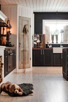 Drömhuset har adventspyntats med doftande hyacinter, fällar & granris – kika in! Interior Modern, Kitchen Interior, Interior Ideas, Küchen Design, House Design, Swedish Cottage, Swedish Decor, Corner Pantry, Cabin Kitchens