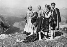 """(Nelly's) Costumes traditionnel grec lors des deuxièmes """"fêtes delphiques""""mai 1930 Delphic Celebrations 1930. Che Guevara, Mai, Painting, Costumes, Greek Dress, Dress Up Clothes, Painting Art, Fancy Dress"""