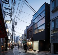 FLAG house, tokyo by apollo architects and associates: Japanese concept of privacy is non-existent according to Western standards...