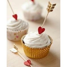Charm your Valentine with some cute & romantic Valentine's day Special Cupcakes. Here are the best Valentine's Day Cupcake Ideas - recipes & toppers ideas. Valentine Day Cupcakes, Valentines Day Treats, Valentine Day Crafts, Mini Cupcakes, Baking Cupcakes, Bear Cupcakes, Valentines Day Birthday, Valentine Party, Kids Valentines