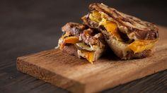 Sandwich au fromage, courge rôtie et cornichons | Recettes | Signé M