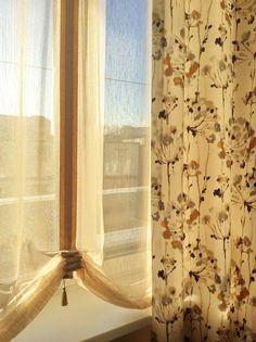 Тюлевая штора с заложенными на манер австрийской шторы складками и портьеры