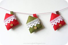 Cute little houses with pockets for a Christmas wish. i ManuFatti: Crafty Christmas tutorial link-up