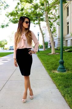 Blush bow blouse + black pencil skirt – classic me. Black Pencil Skirt Outfit, Pencil Skirt Outfits, Pencil Skirts, Mini Skirts, Jw Moda, Outfit Elegantes, Outfit Trends, Outfit Ideas, Professional Attire
