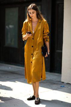 Street style à la Fashion Week printemps-été 2017 de New York : robe moutarde