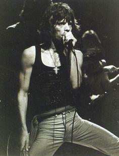 photo noir et blanc : Mick Jagger, Mick Jagger Rolling Stones, Los Rolling Stones, Like A Rolling Stone, Rock And Roll Bands, Rock Bands, Rock N Roll, Elvis Presley, Mississippi Fred Mcdowell, Ron Woods