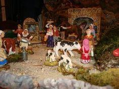 Du côté de l'écurie, il y a de l'animation, au premier plan la vache est un santon de Florian, sur la droite de la photo, la petite fille en train de donner le biberon au veau est une réalisation de l'Oustau d'Antan.