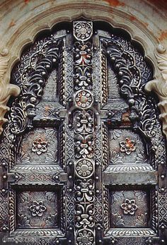 Metal door, Karni Mata Temple, Bikaner, Rajasthan, India ¿Cuándo es suficiente? ¿Cuántos repujaron?