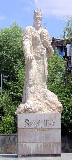 Statue of Tigranes the Great in Yerevan Armineaghayan - Own work Տիգրան Մեծ - մարմար և գրանիտ, հեղինակ` Լևոն Թոքմաջյան, ճարտարապետ` Ռ. Օհանյան։ Տեղադրվել է 2004 թվականին Նոր Նորքի երկրորդ զանգվածում, վիշապների այգու հարևանությամբ