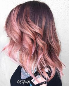 The Rose Gold Hair Color Had Been Up-And-Comming For The Spring 2019 Hair Season, However This Season Features A Rose Gold Balayage. Balayage Is. Pink Blonde Hair, Pastel Pink Hair, Balayage Hair Blonde, Balayage Highlights, Lilac Hair, Rose Gold Balayage Brunettes, Brunette Hair, Green Hair, Blue Hair