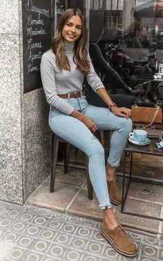 Básica e cool no inverno: 10 visuais para você testar. Blusa cinza, cinto marr… Basic and cool in winter: 10 looks to try. Fall Winter Outfits, Autumn Winter Fashion, Spring Outfits, Winter Style, Spring Fashion, Jeans Outfit Winter, Cold Spring Outfit, Winter Wear, Mode Outfits