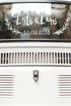 Une idée de pochoir très chouette à faire soi-même pour décorer sa voiture de mariage - DIY réalisé par Un Beau Jour sur une Fiat 500 louée sur Drivy https://www.drivy.com/location-voiture/france/type/collection