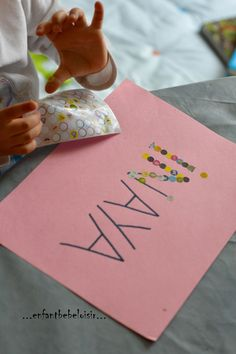 Une petite idée simple pour apprendre à repérer les lettres de son prénom, avec des petites gommettes - pastilles . Petite Section, Babysitting, Montessori, Games For Kids, Kids And Parenting, About Me Blog, Activities, Index, Game Ideas
