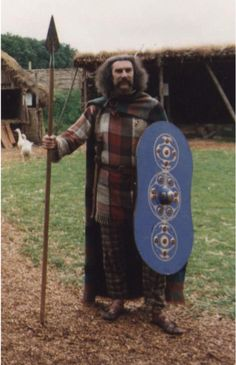 Celtic clothing, with rough patterns for Tunic, breeches, peplum and ghillie… History Of Wales, Celtic Clothing, Irish Clothing, Woman Clothing, Celtic Warriors, Irish Celtic, Iron Age, Picts, Historical Costume