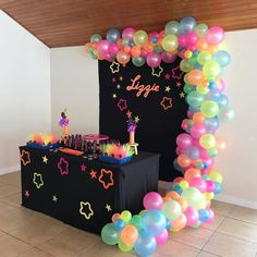 Nenhuma descrição de foto disponível. Neon Birthday, 13th Birthday Parties, Birthday Party For Teens, 14th Birthday, Neon Party Decorations, Girl Birthday Decorations, Party Themes, Party Ideas, Glow In Dark Party