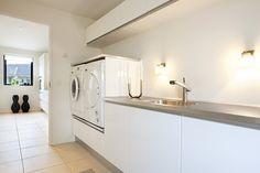 Vaskemaskine og tørretumbler hævet op i arbejdshøjde