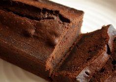 Setacciate 250 grammi di farina 00 con 50 grammi di cacao amaro, 50 g di farina di mandorle e una bustina di lievito per dolci. Aggiungete 180 grammi di zucchero di canna (o se lo usate 200 grammi di Panela) e mescolate assieme con 300 g di acqua e 40 grammi di caffè amaro.