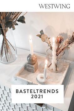 Der DIY-Trend wird sich auch in diesem Jahr fortsetzen – ob zum Verschönern des eigenen Zuhauses, zur Entspannung nach Feierabend, zur Bespaßung der Kleinen oder zum Verschenken an die Liebsten. Wir zeigen Ihnen deshalb hier die 7 schönsten Basteltrends 2021. Lassen Sie sich von unseren Ideen inspirieren und werden Sie selbst kreativ!/Westwing Interior DIY Basteln Trend 2021 twisted candles foam Spiegel Kerzen Zuhause Modelliermasse Diy Trend, Trends, Diys, Place Card Holders, Inspiration, Table Decorations, Interior, Furniture, Home Decor
