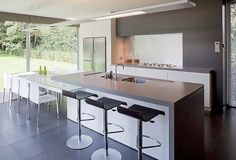 Schellen Architecten: Nijlen. Interieur, keuken. Moderne keuken met veel lichtinval. Uitzicht door de grote ramen op de tuin.