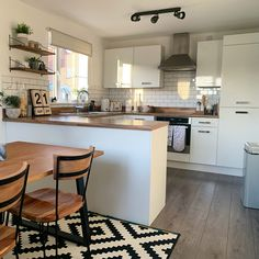 Metro Tiles Kitchen, Green Kitchen Walls, White Gloss Kitchen, Bella Kitchen, New Kitchen, Cashmere Kitchen, White Light, Kitchens, Sweet Home