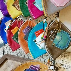 #コインケース ヌバック、ベロアの革を使ってカラフルに作ったコインケース。ポケットには革の切符が。 小銭だけでなく、鍵やスマートキー等いれれますよ。 来週 1月20日にはインデックス大阪でイベント creemapartyでまってます。 #leathercraft #leatheritem #leather#coins #colors #colorful #coins #coincace #tatataya #cute #tickets #革#レザー#キーケース#ハンドメイド#革小物#レザー#
