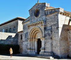 Portada románica de la iglesia mozárabe de Wamba en Valladolid