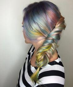 Treccia torchon su chioma multicolor in colori tenui - Treccia torchon su chioma lunga con ciocche multicolor in toni pastello come arcobaleno sui capelli per l'inverno 2016.